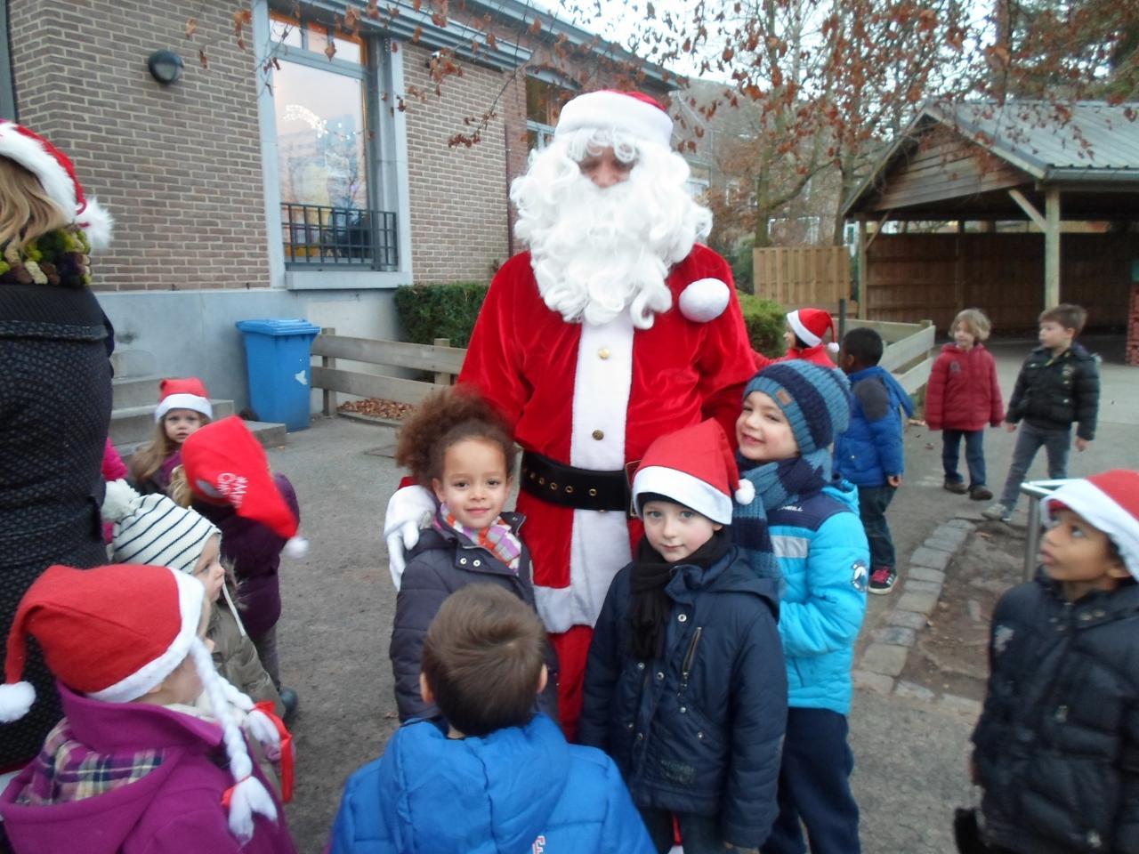 Visite de Papa Noël à l'école maternelle du village